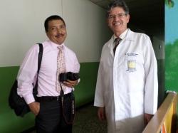 Gustavo Montenegro de Pensa Libre y el Dr. Luis Arnoldo Zepeda, director de nuestro Hospital, en su recorrido por las instalaciones y conversando sobre Su Santidad Juan Pablo II