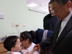 Monseñor  Oscar Julio Vian, con los niños que se encuentran en el Hospital