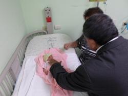 En su visita, Monseñor Oscar Julio Vian, impartia la Bendición a los niños del Hospital