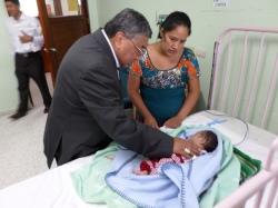 Con cariño, Monseñor Vian animaba a las mamas de los pequeños del Hospital
