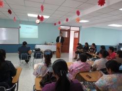 Padre Aarón Tello, Delegado Arzobispal, animando y felicitando al personal de enfermería