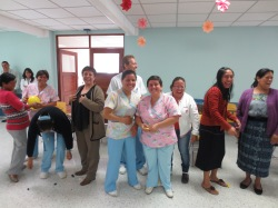 Personal de Enfermería compartiendo con alegría en su celebración