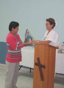 Entrega de Imagen de la Divina Pastora a Yolanda Méndez, por sus 23 años de trayectoria
