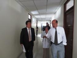 En el recorrido por las instalaciones del Hospital,  el  Primer  Secretario  de  la  Embajada  de  Japón  en Guatemala, el Sr. Shigetomo Maruhashi y  Lic. Luis Grajeda, Presidente de Junta Directiva de Caritas Arquidiocesana