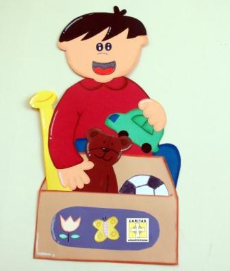 Niño aprendiendo buenos hábitos, como ordenar sus juguetes